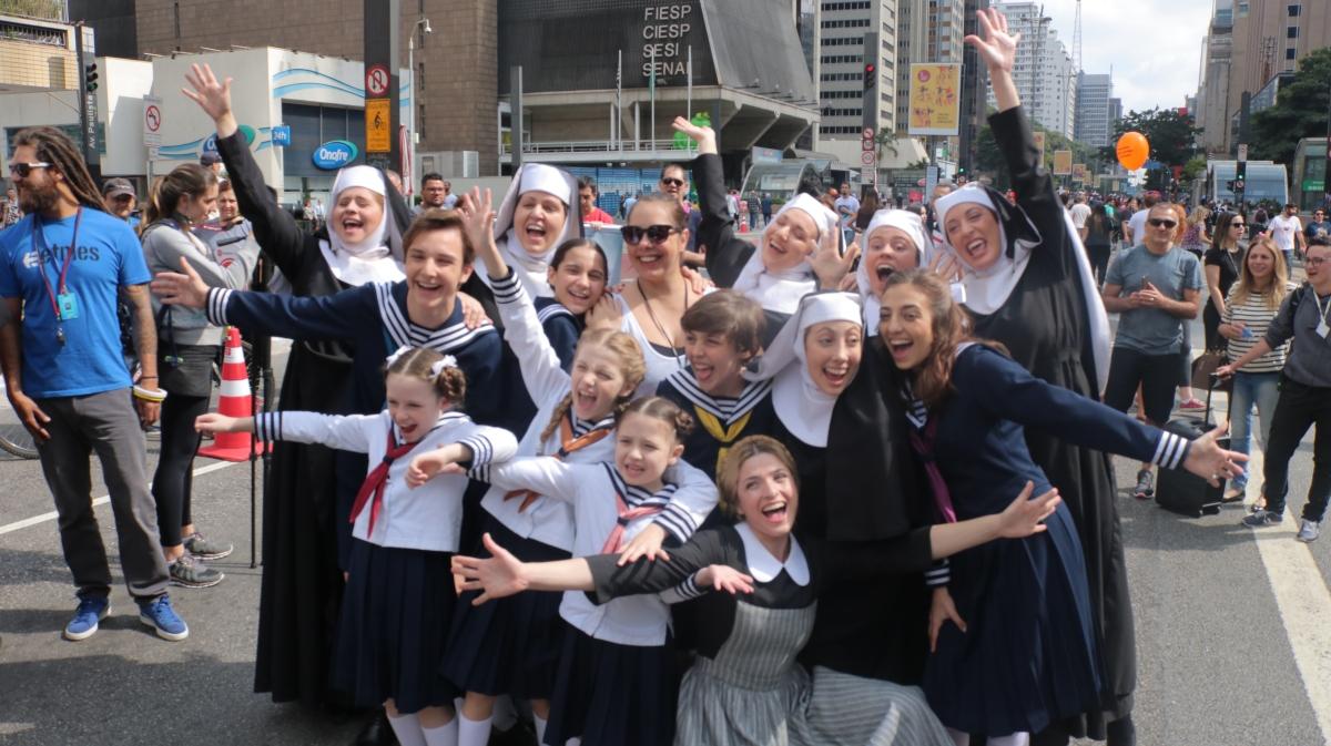 """Veja o Flash Mob de """"A Noviça Rebelde"""" na Avenida Paulista"""
